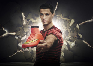 Cristiano_Ronaldo_with_Mercurial_Superfly_large-2